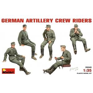 Едущие немецкие артиллеристы